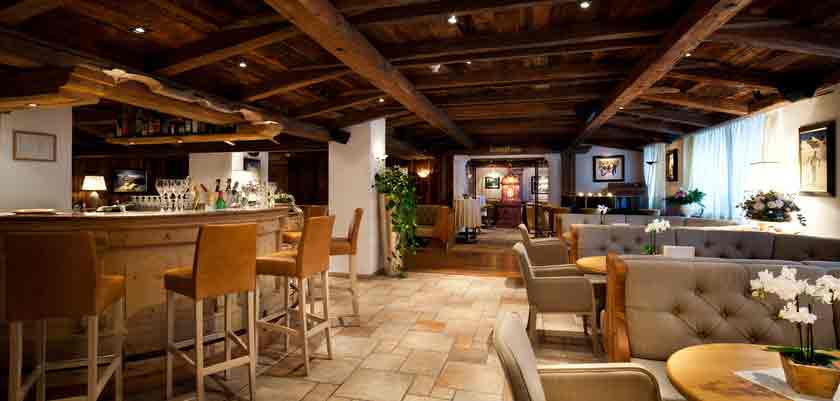 italy_dolomites_corvara_hotel-sassongher_bar-lounge.jpg